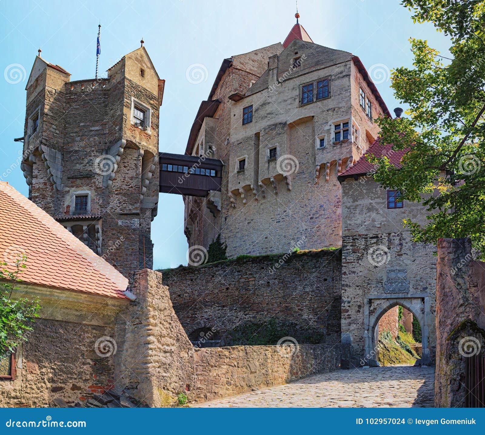 La torre del reloj en el castillo de Pernstejn Este castillo empleado una roca sobre el pueblo de Nedvedice, región del sur de Mo