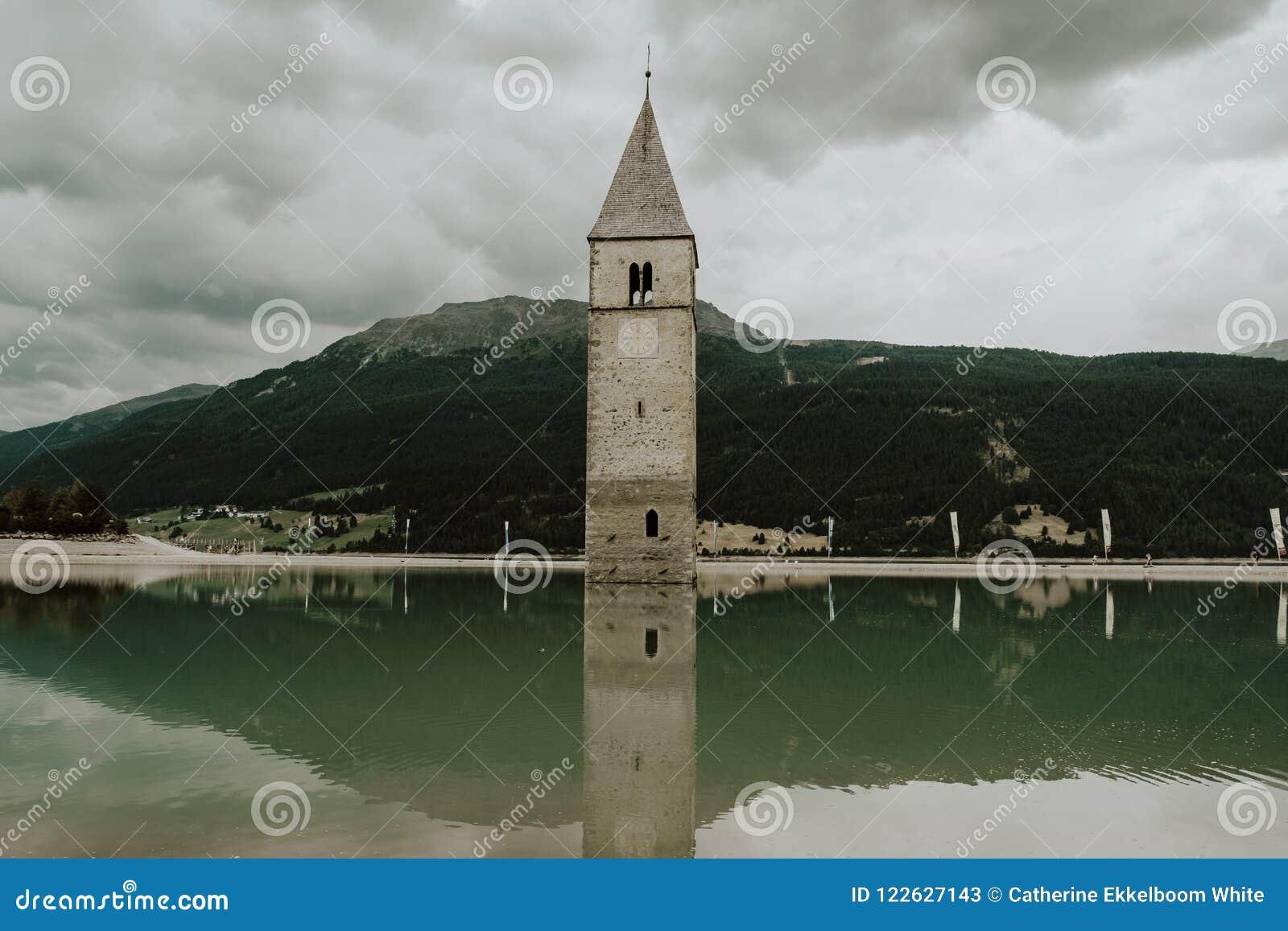 La torre en el lago