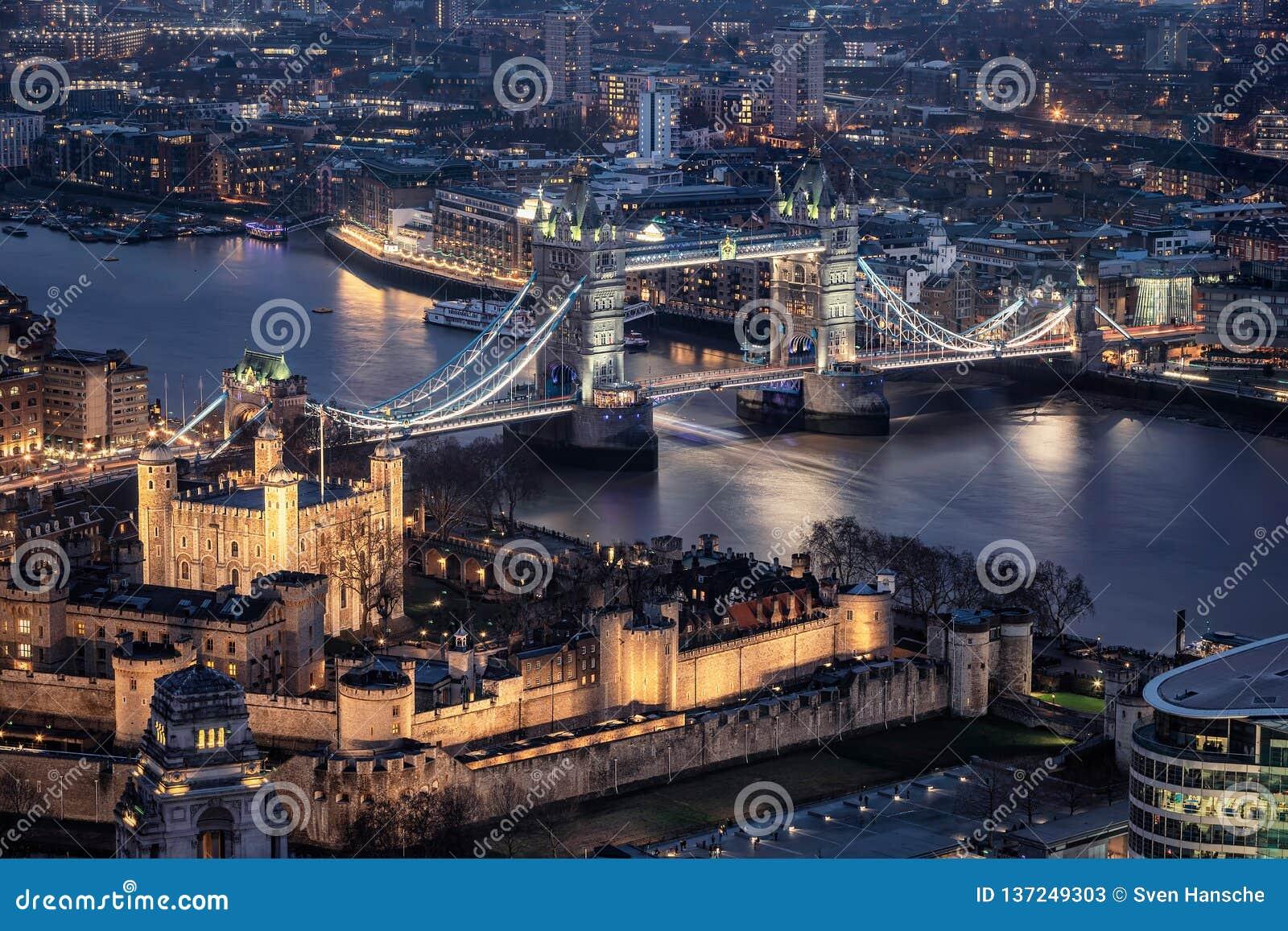 La torre illuminata ed il ponte della torre di Londra di notte