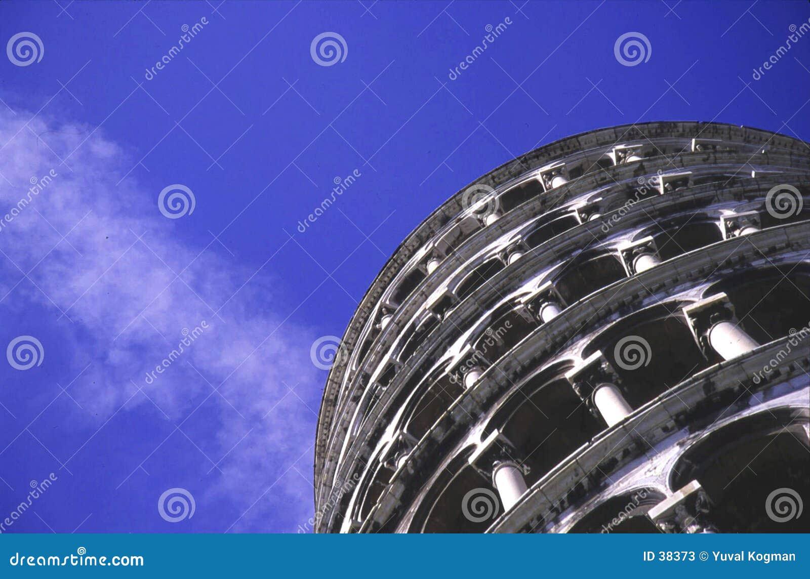 La torre inclinada de Pisa de debajo