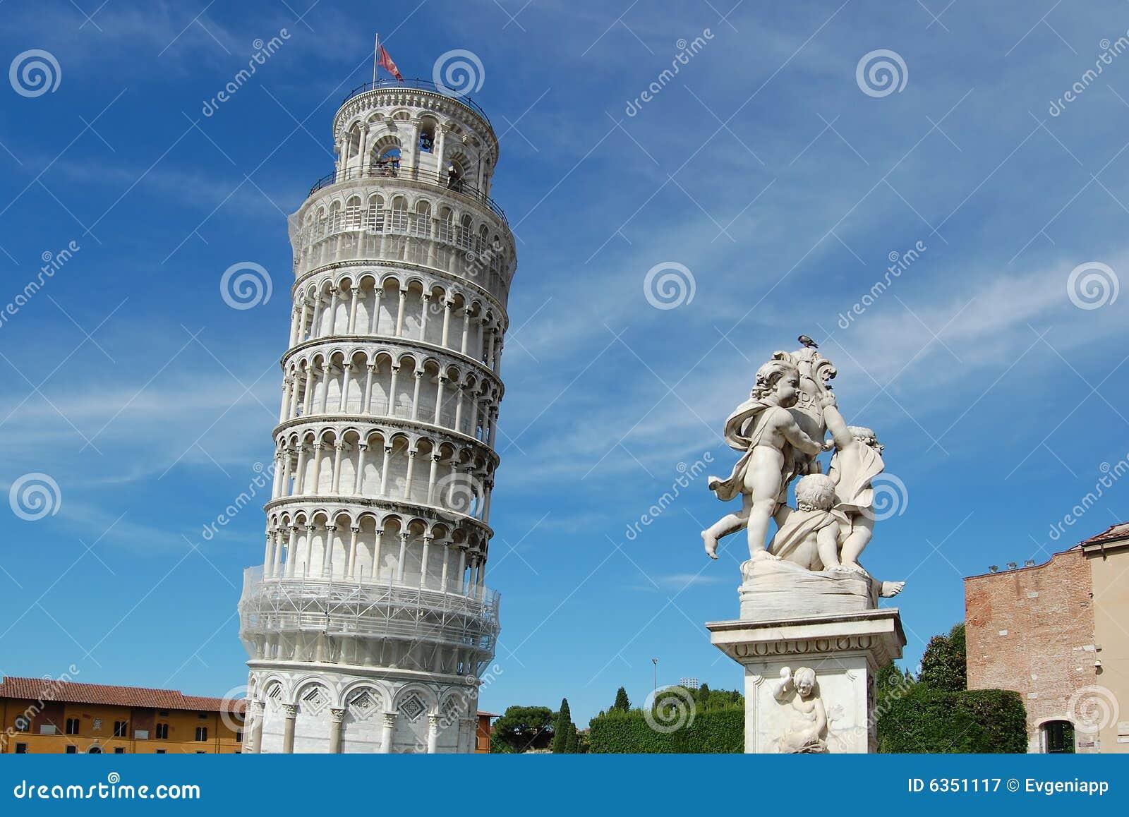 La torre inclinada y la escultura famosas de ngeles for Arquitecturas famosas