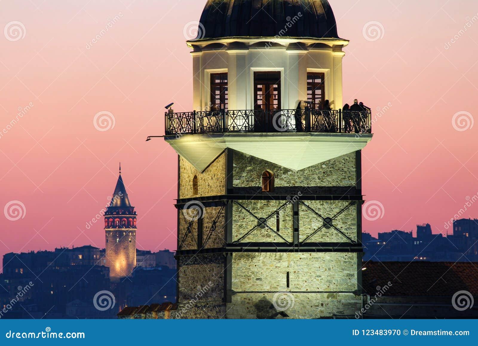 La torre nubile e Galata del ` s si elevano al tramonto, Costantinopoli