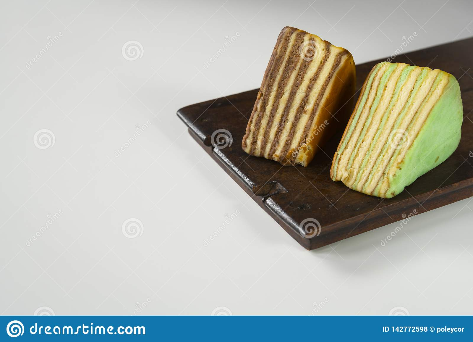 La torta acodada multi llamó 'legit del lapislázuli 'o el 'spekkoek 'de Indonesia