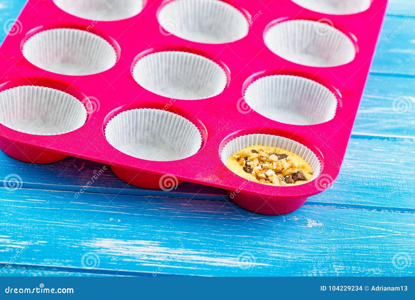 La torta de colada en el silicón moldea