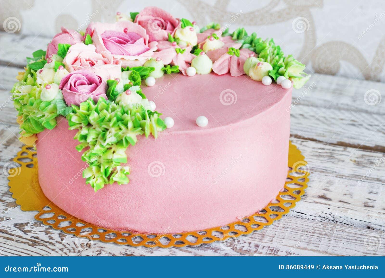 Popolare La Torta Di Compleanno Con I Fiori è Aumentato Su Fondo Bianco  VD34