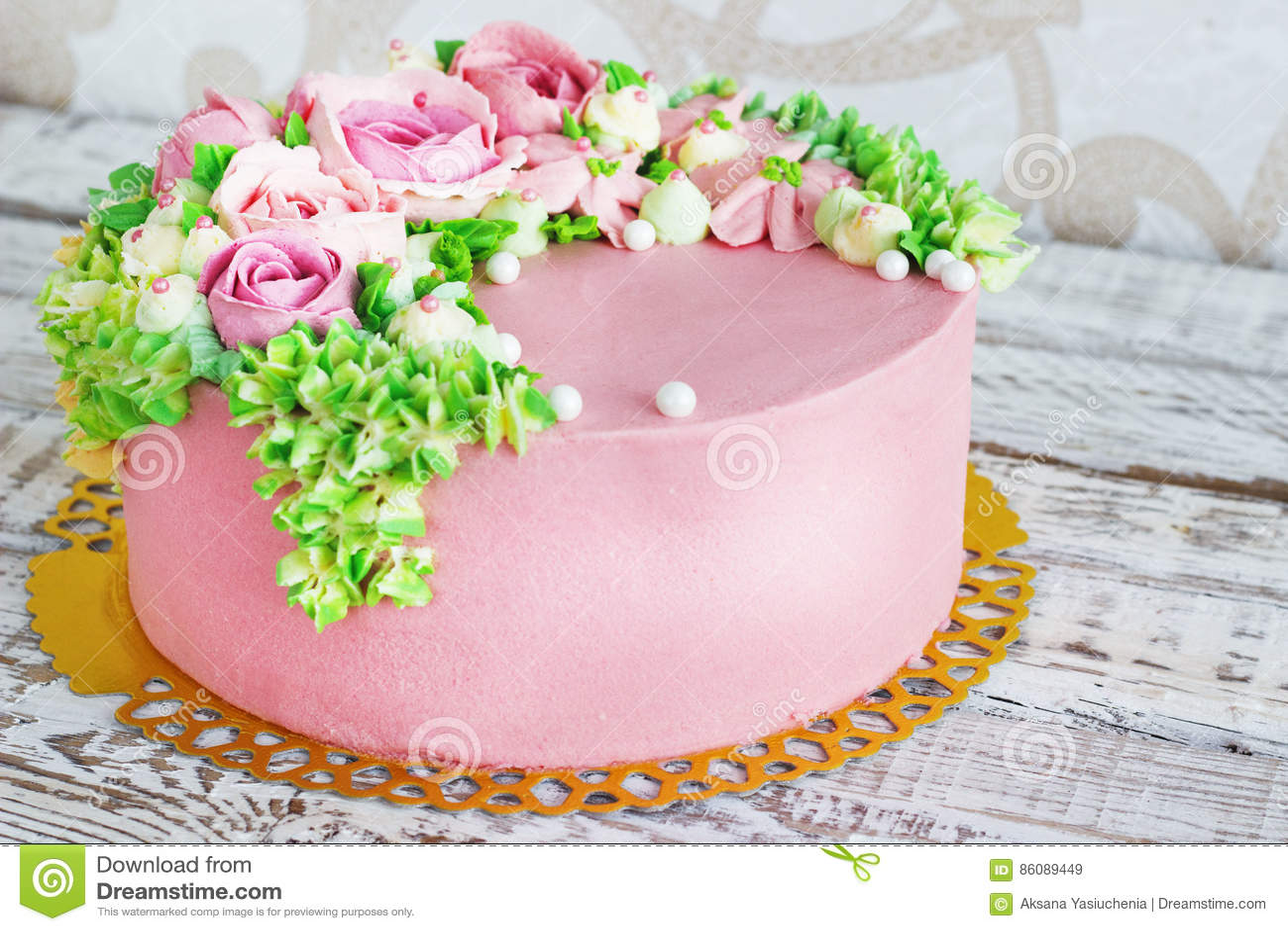 La torta di compleanno con i fiori aumentato su fondo for Fiori con la e