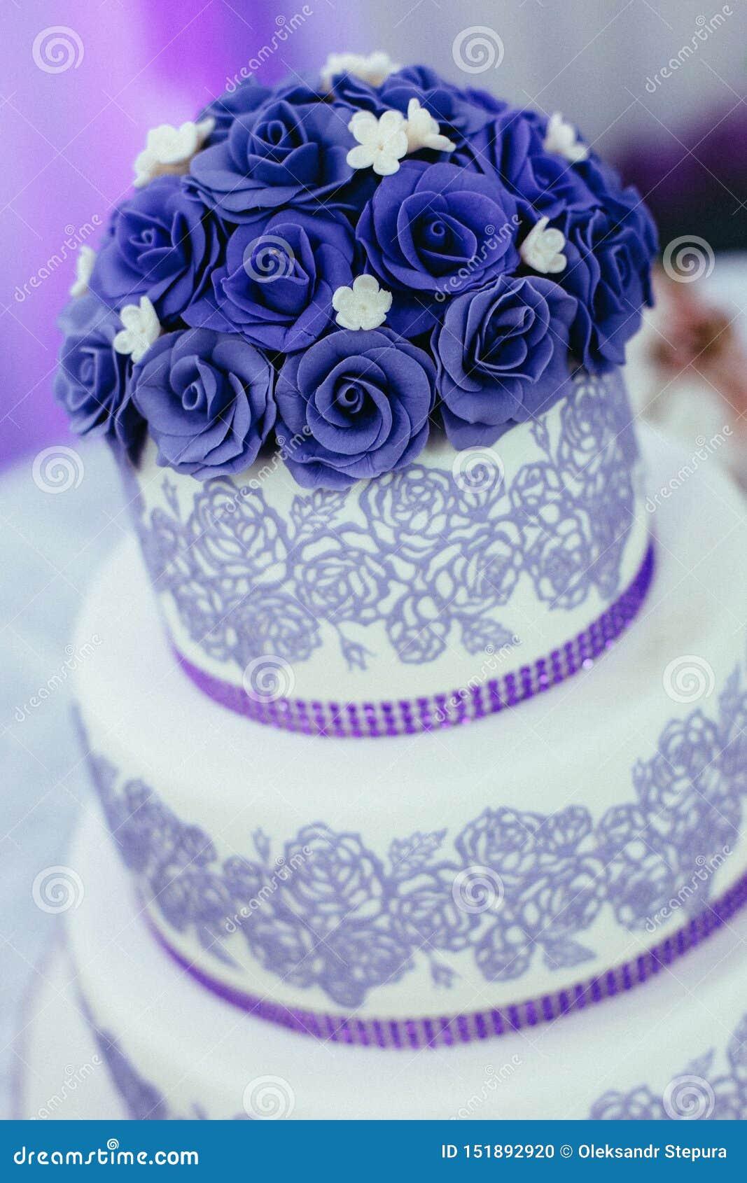 La torta nunziale è servita agli ospiti