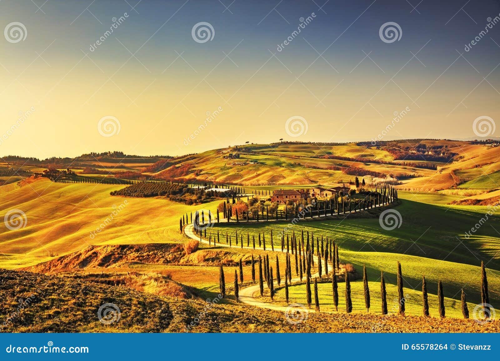 La Toscana, paesaggio rurale di tramonto di Creta Senesi Azienda agricola della campagna,