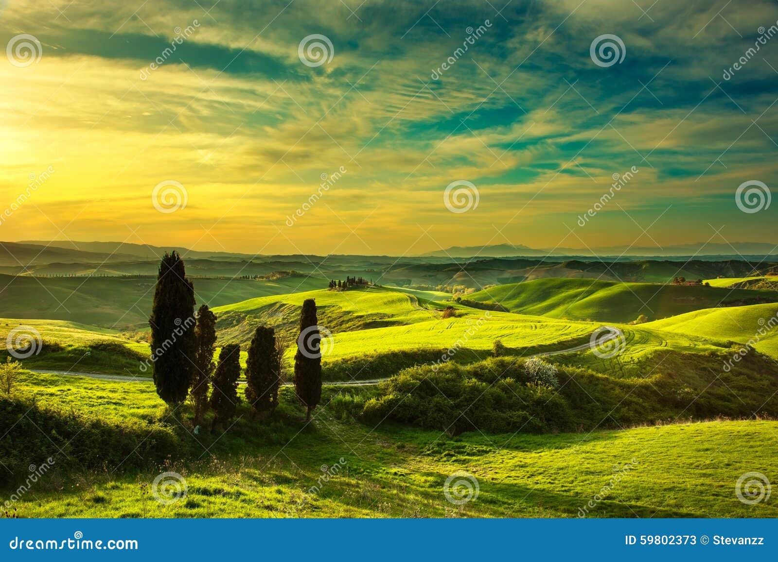 La Toscane, paysage rural de coucher du soleil Ferme de campagne, route blanche