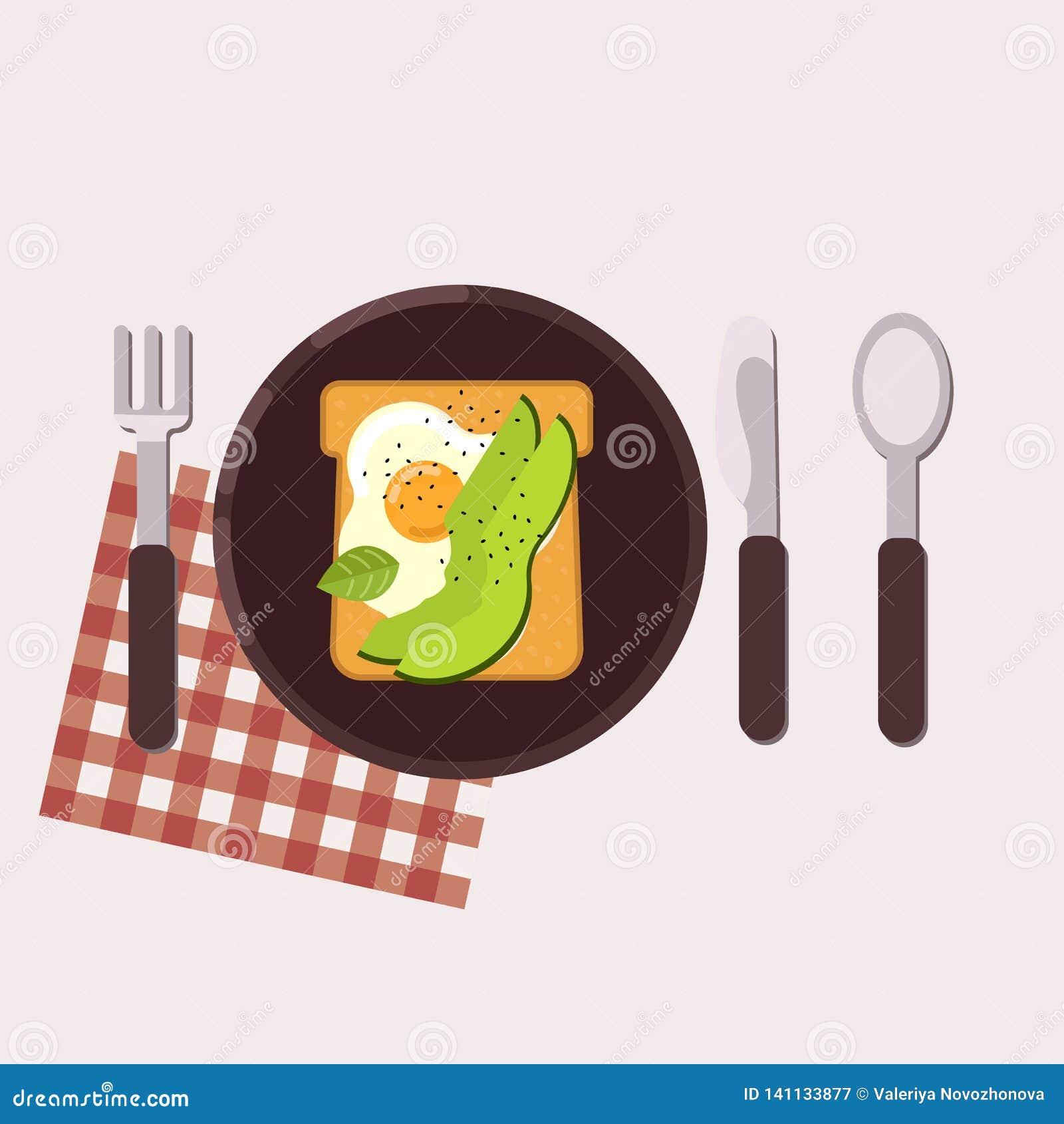 La tostada con el huevo frito y el aguacate sirvió en una placa con la bifurcación, el cuchillo, la cuchara y la servilleta Alime