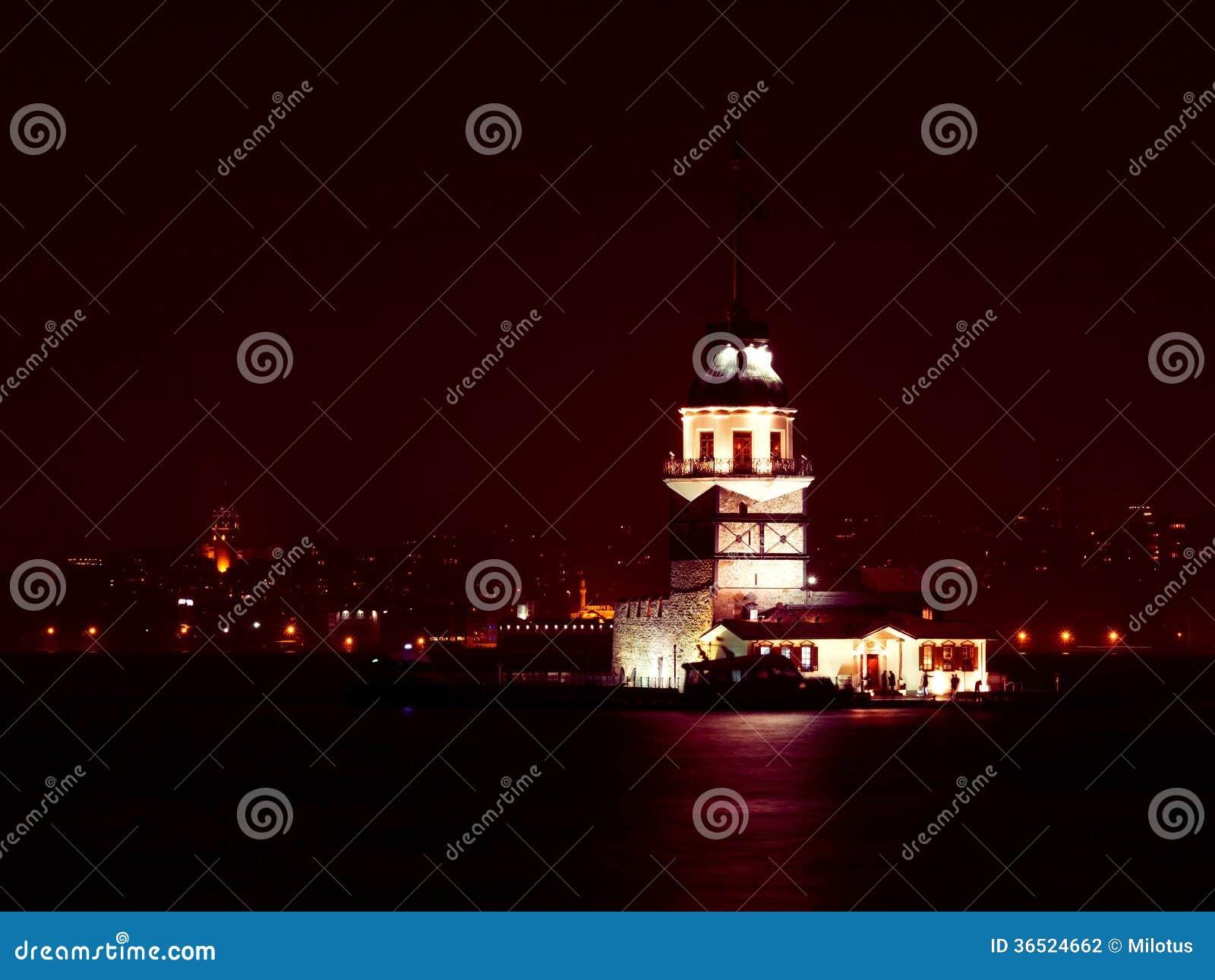 La tour de la jeune fille la nuit à Istanbul, Turquie