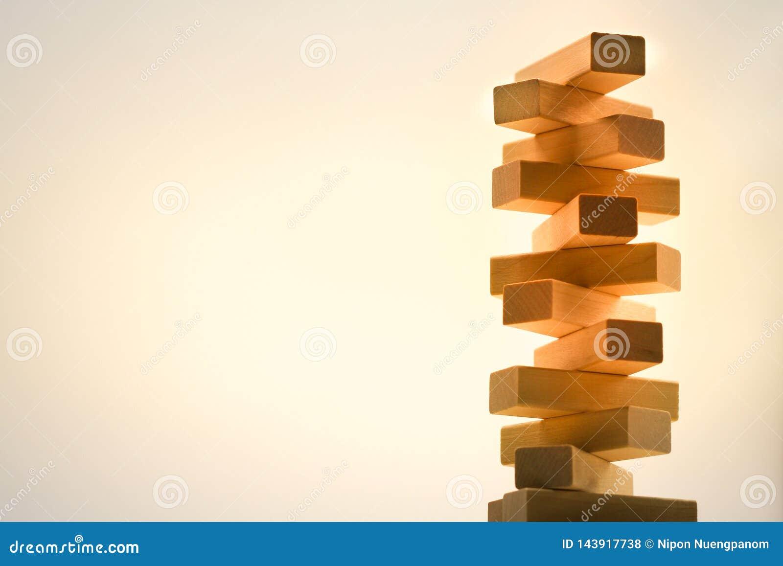 La tour en bois de pile des blocs en bois jouent sur le fond abstrait