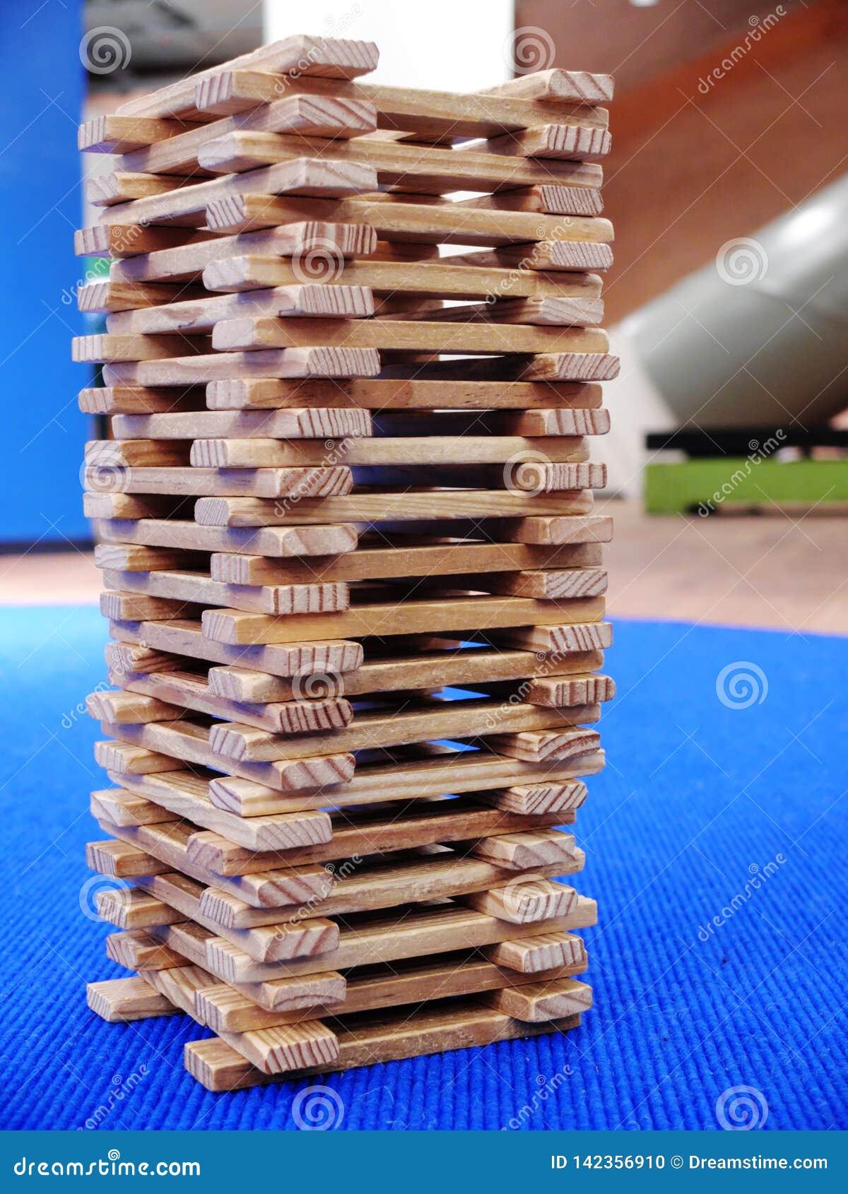 La tour en bois faite de bâtons en bois plats Plan rapproché