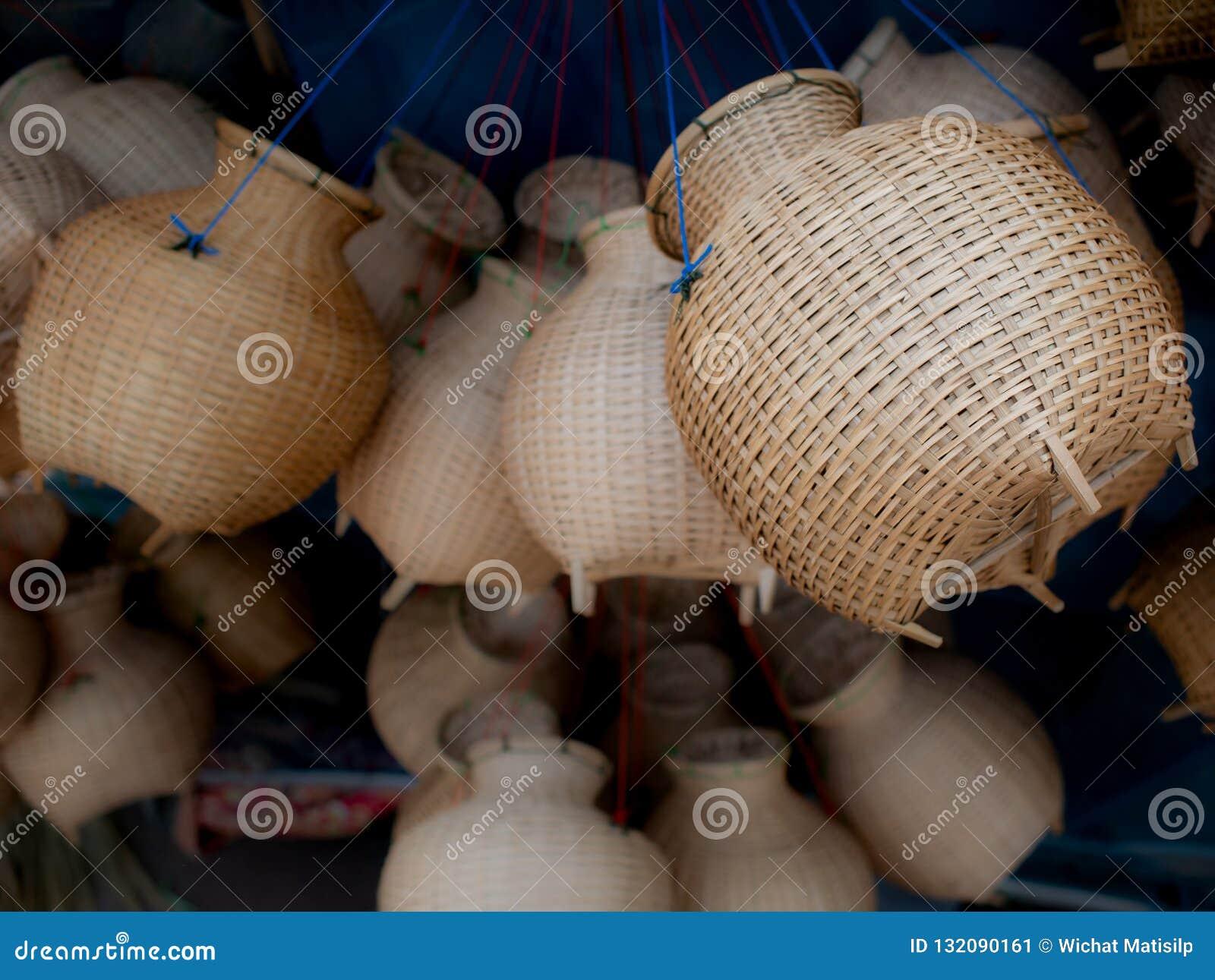 La trappola di bambù del pesce del canestro tessuto