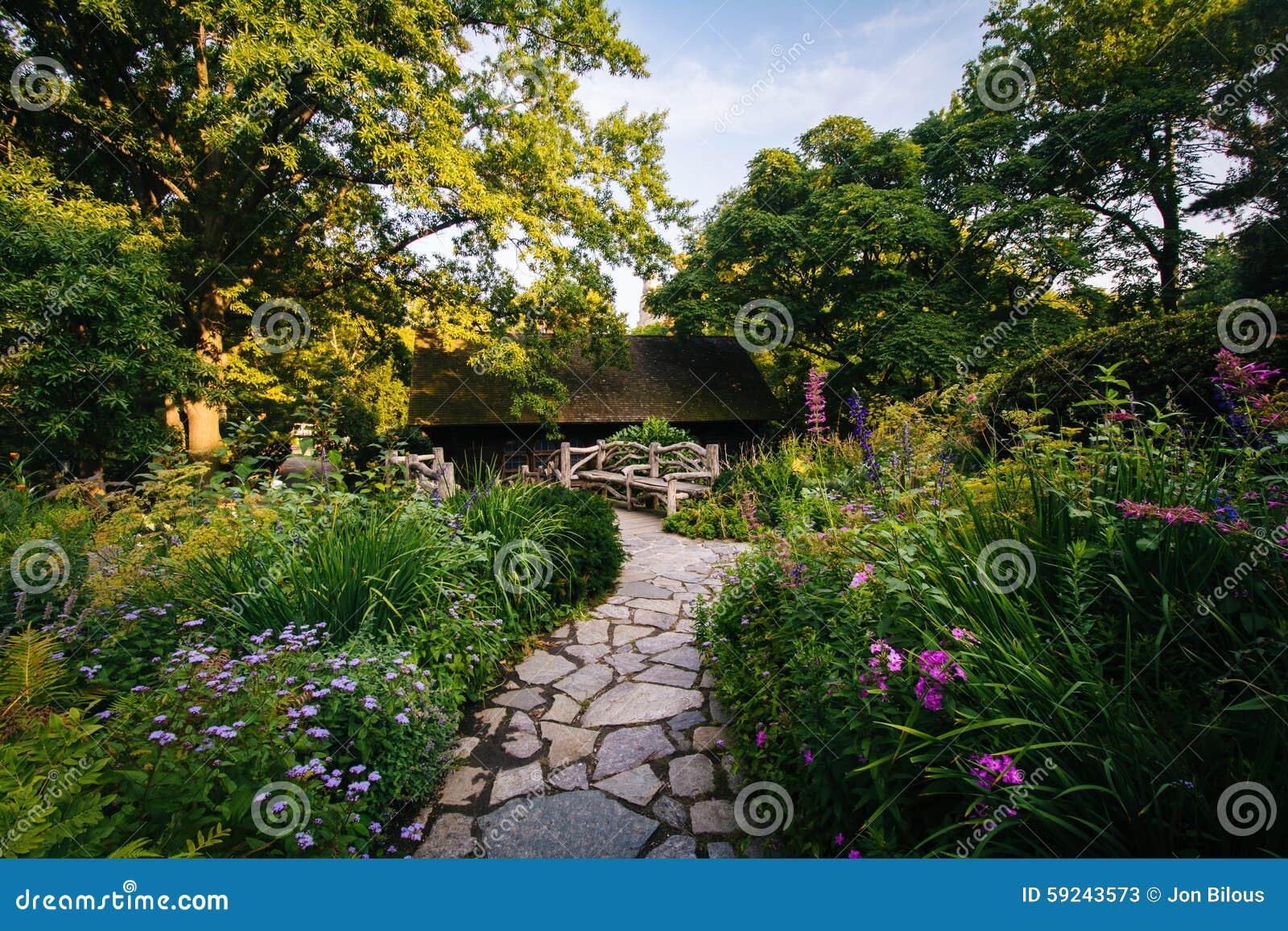 La trayectoria y las flores en el Shakespeare cultivan un huerto, en Central Park, hombre