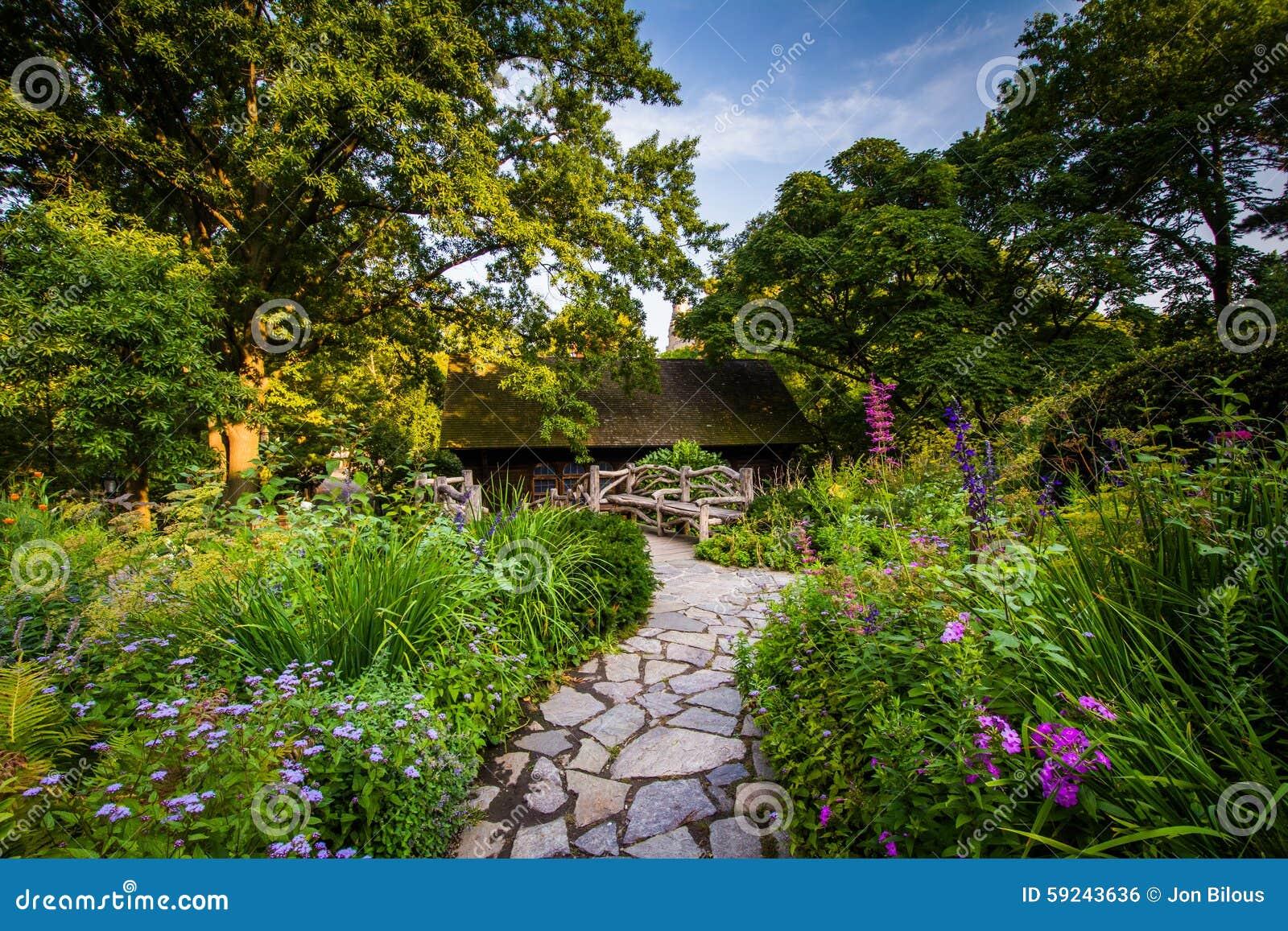 Download La Trayectoria Y Las Flores En El Shakespeare Cultivan Un Huerto, En Central Park, Hombre Foto de archivo - Imagen de plantas, colorido: 59243636