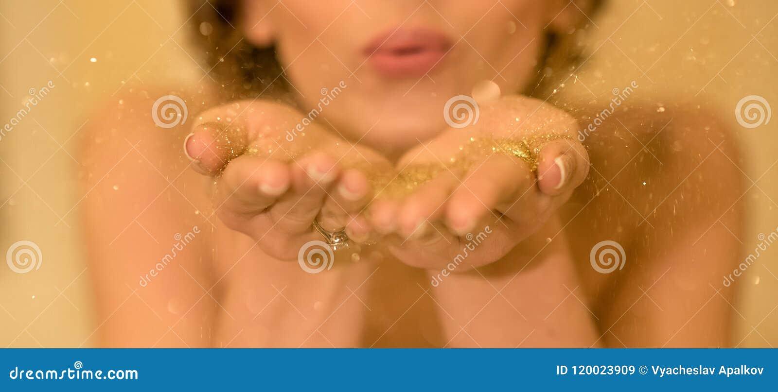 La tresse d or sont soufflées à partir des mains du ` s de jeune mariée