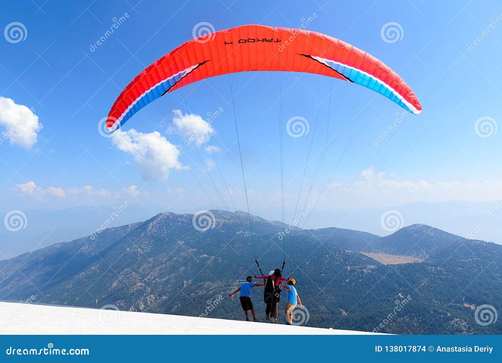 La Turchia, Oludeniz, montagna di Babadag, il 30 luglio 2018, voli di parapendio