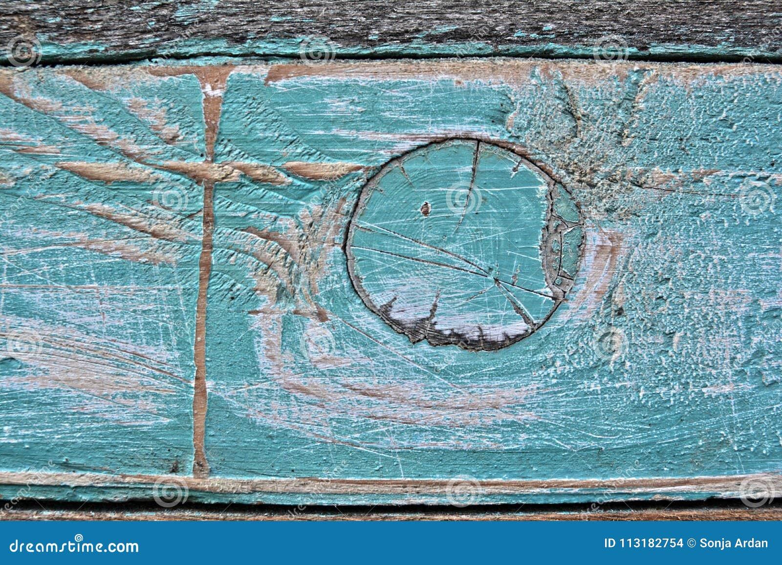 La turquesa es madera coloreada, y se pela el color