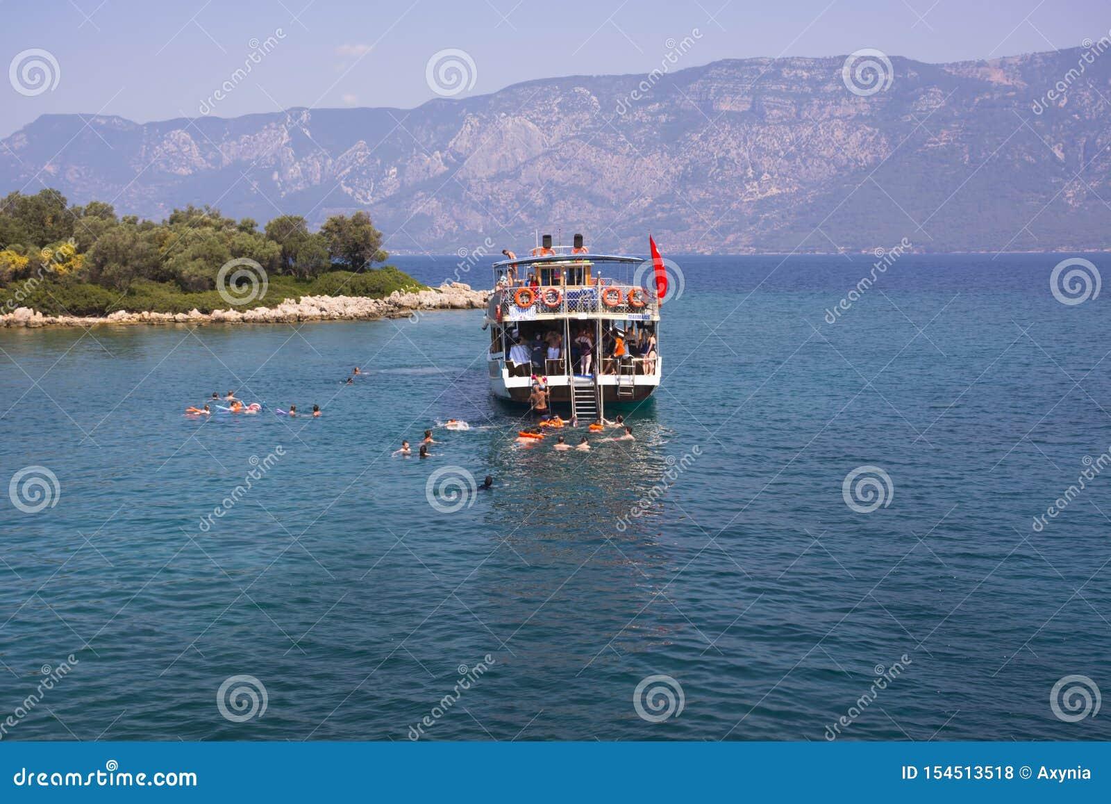 La Turquie, île de la mer Égée - 28 juin 2019 Les gens sautent de naviguer le yacht et le bain en mer ouverte dans les îles de la