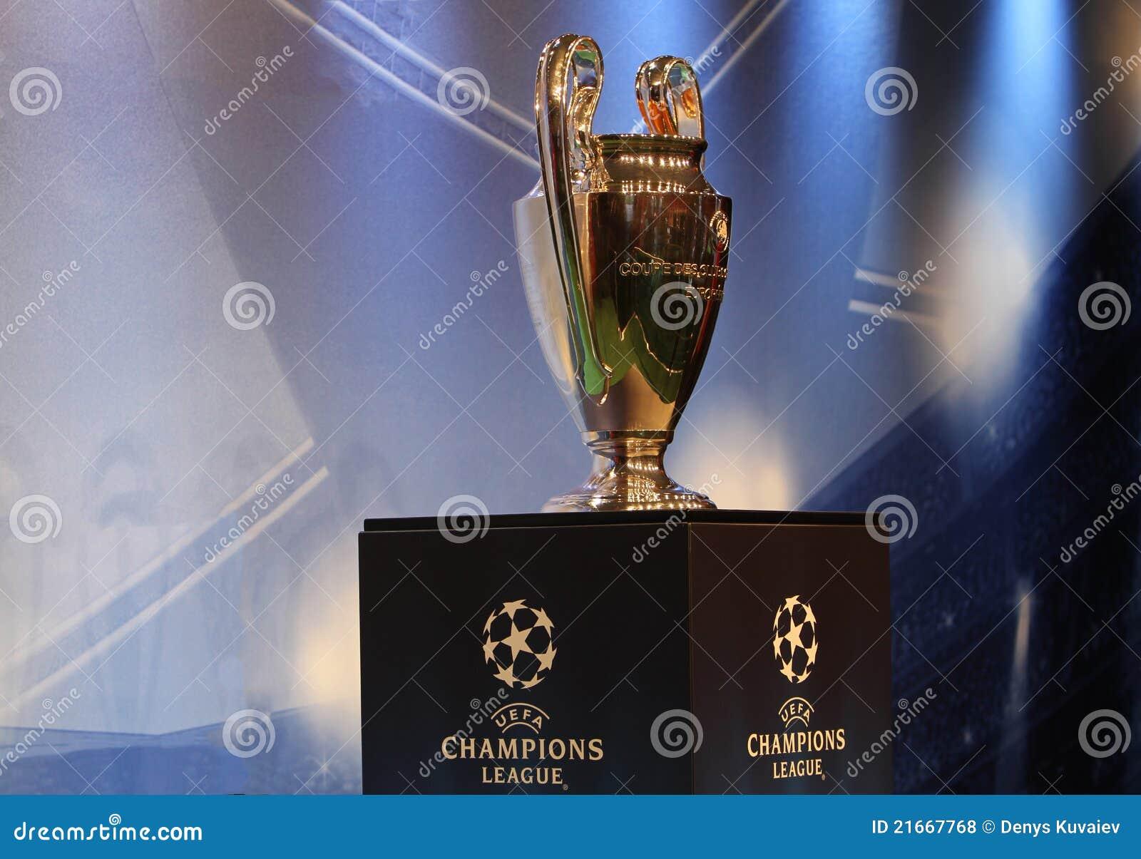 La UEFA ahueca el trofeo