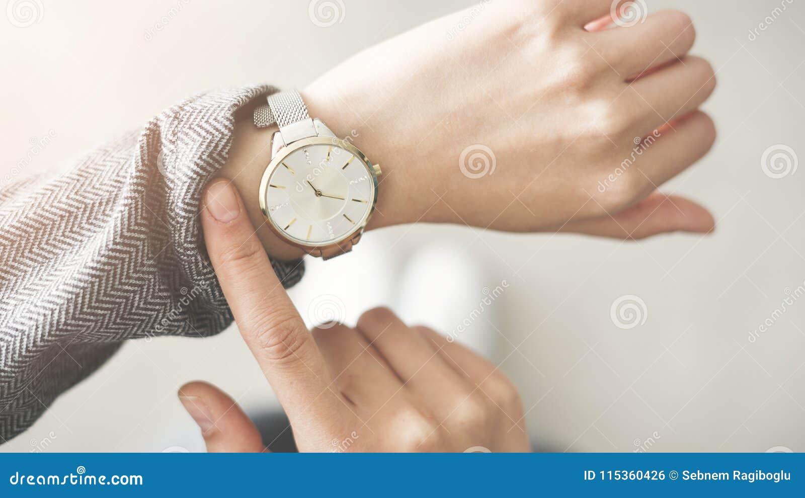 La vérification de femme chronomètrent sa montre