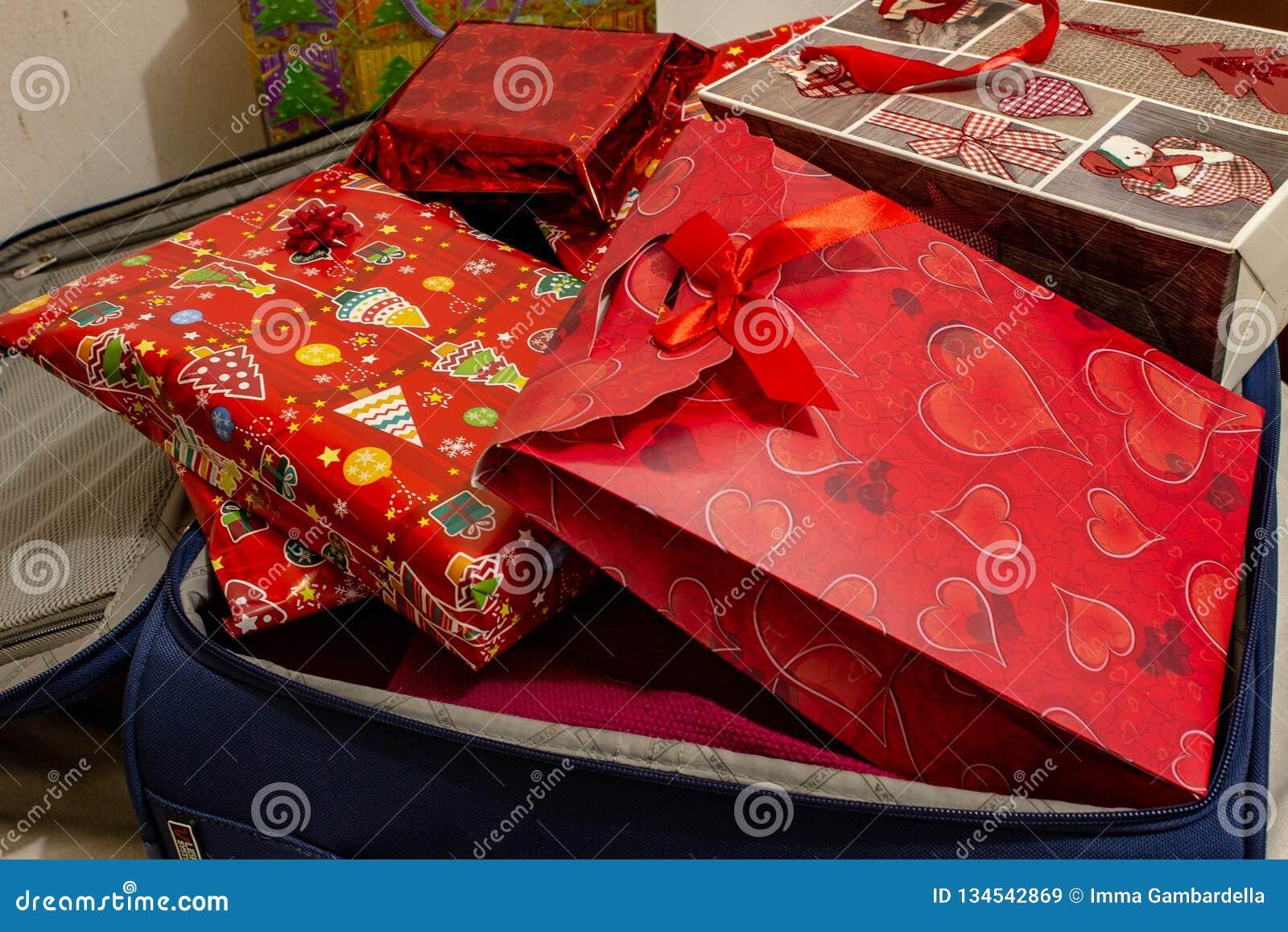 La valise de vacances de Noël, pleine des cadeaux