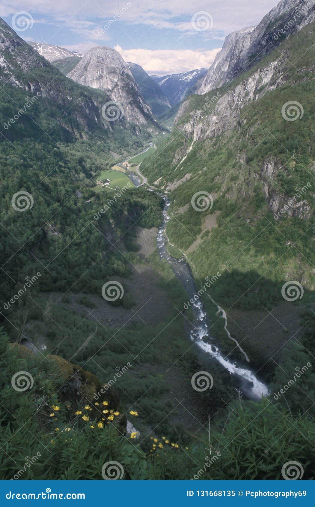 La valle di Naeroy in Norvegia sudoccidentale, come visto dall hotel di Stalheim La valle può essere veduta come componente del â
