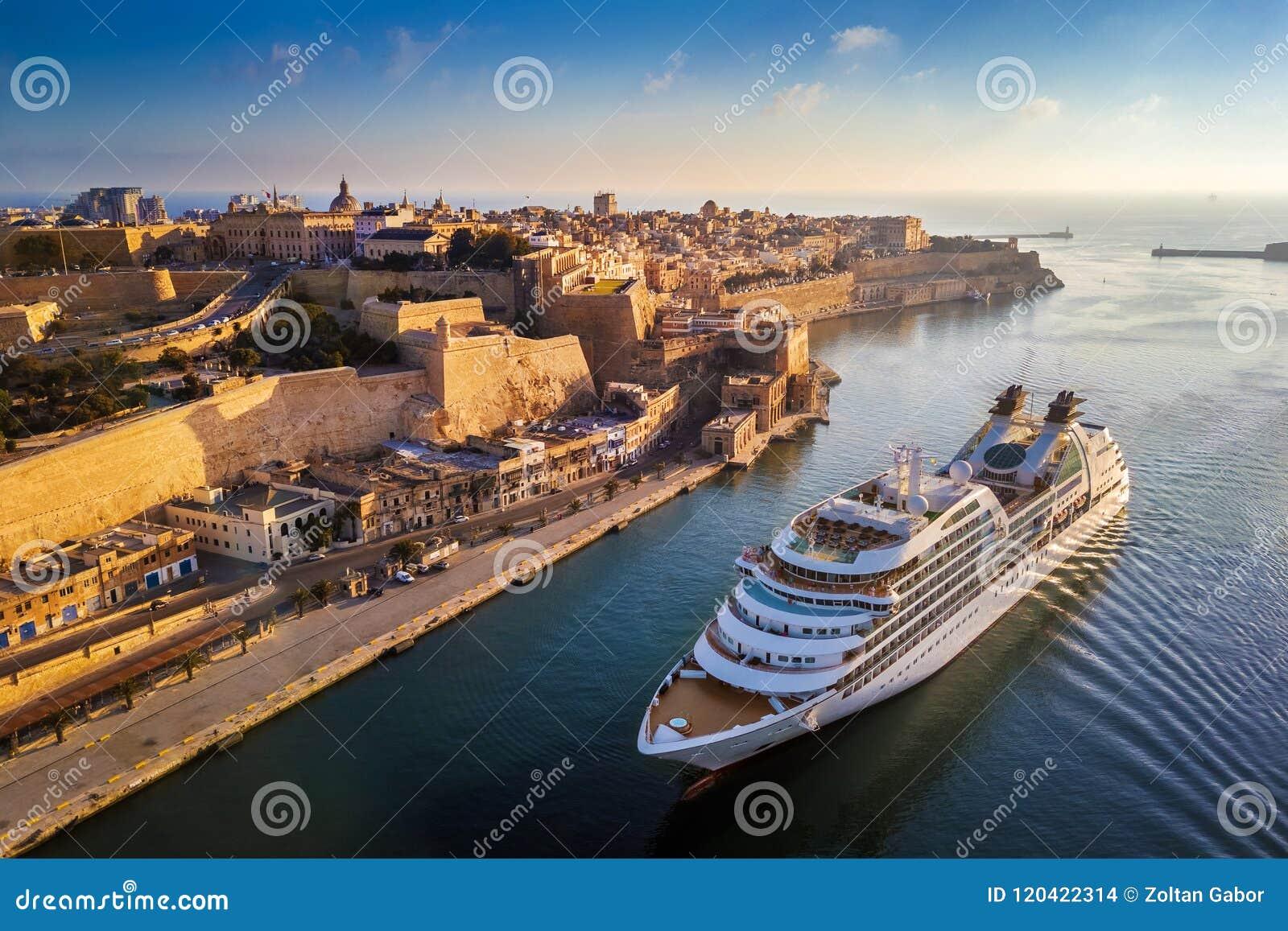 La Valletta, Malta - nave da crociera che assale grande porto all alba con la città antica di La Valletta