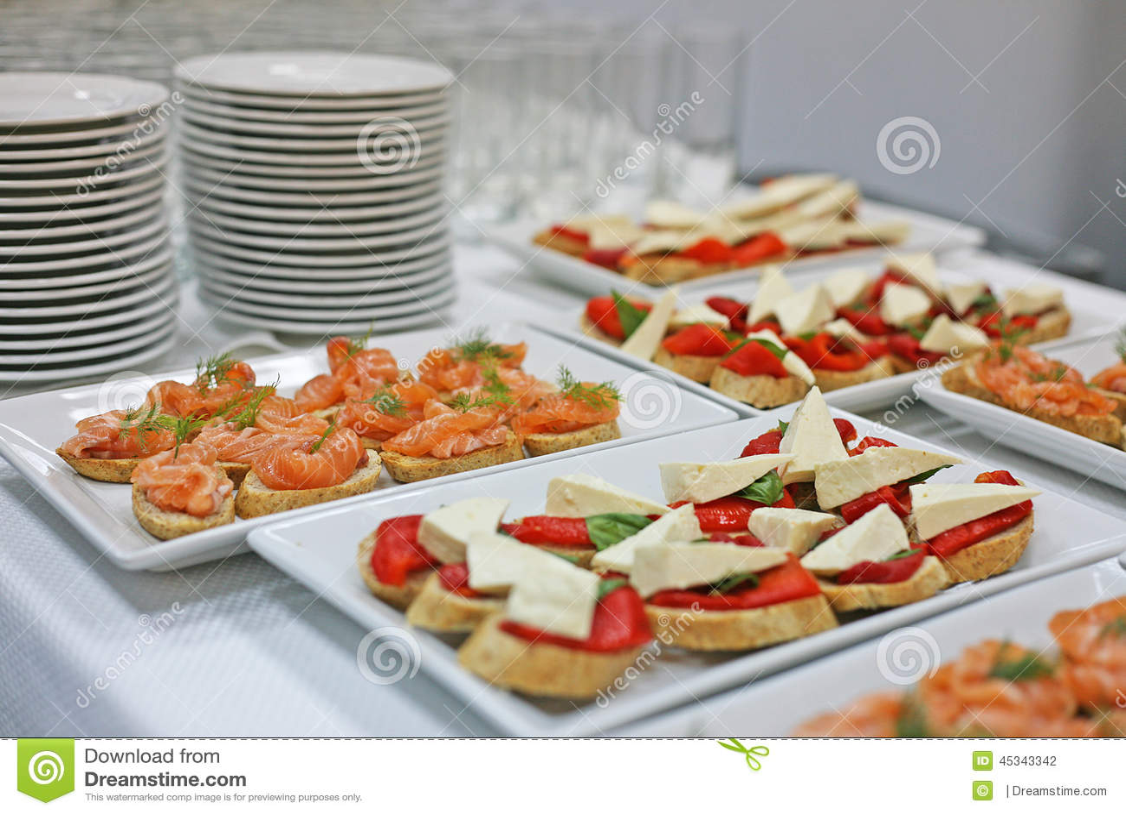 La variedad de bocadillos en una mesa de desayuno foto de for Mesa desayuno