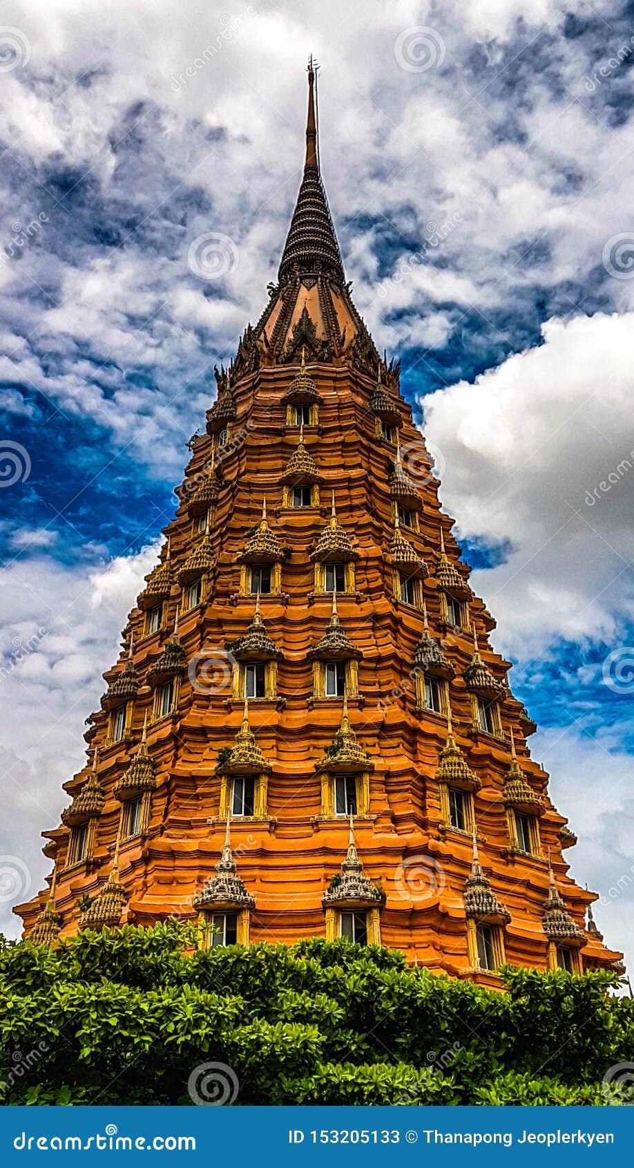 La vecchi pagoda e cielo blu per fondo