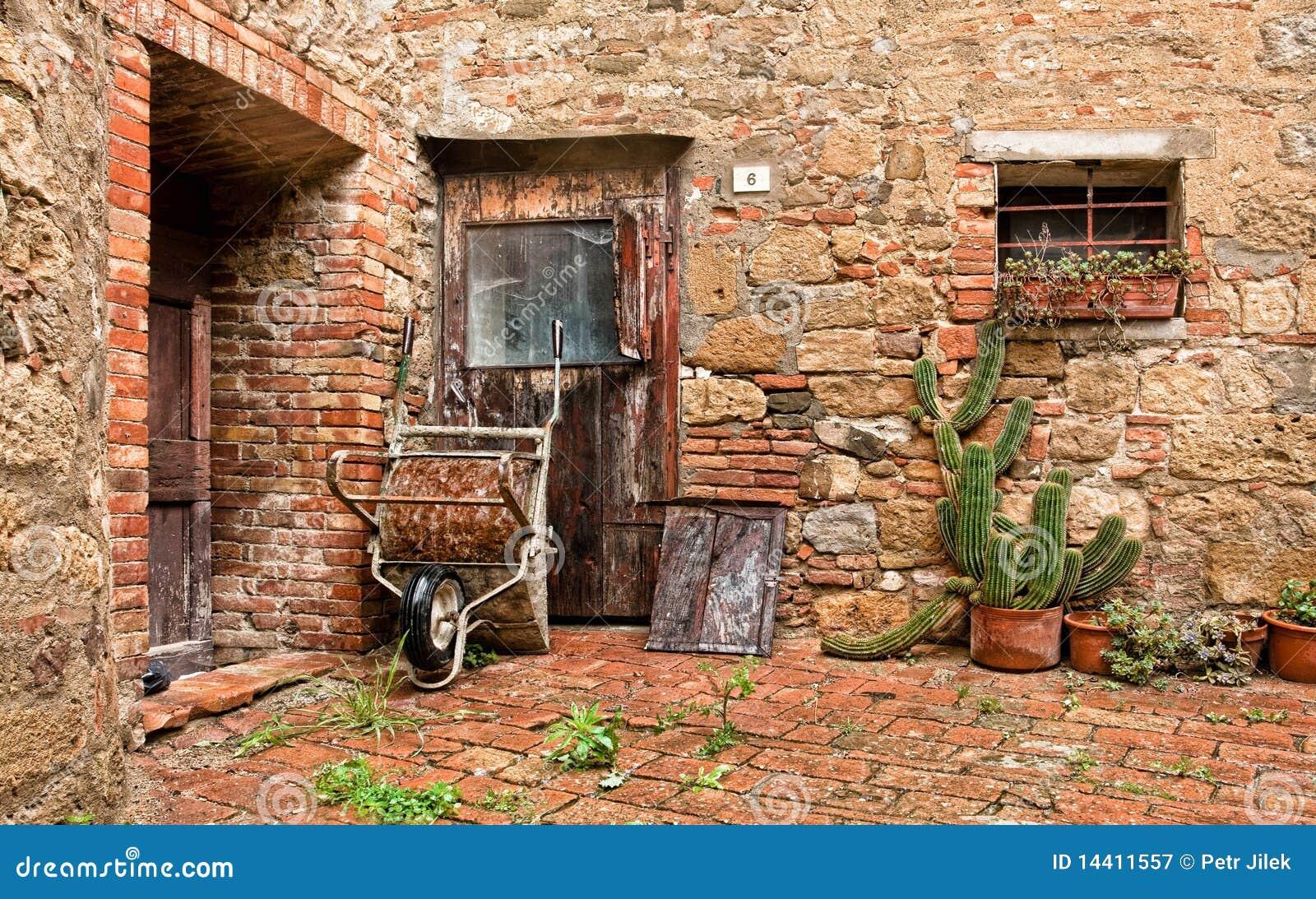 La vecchia casa del mattone con i cactus ed il camion for Costo del mattone da costruire