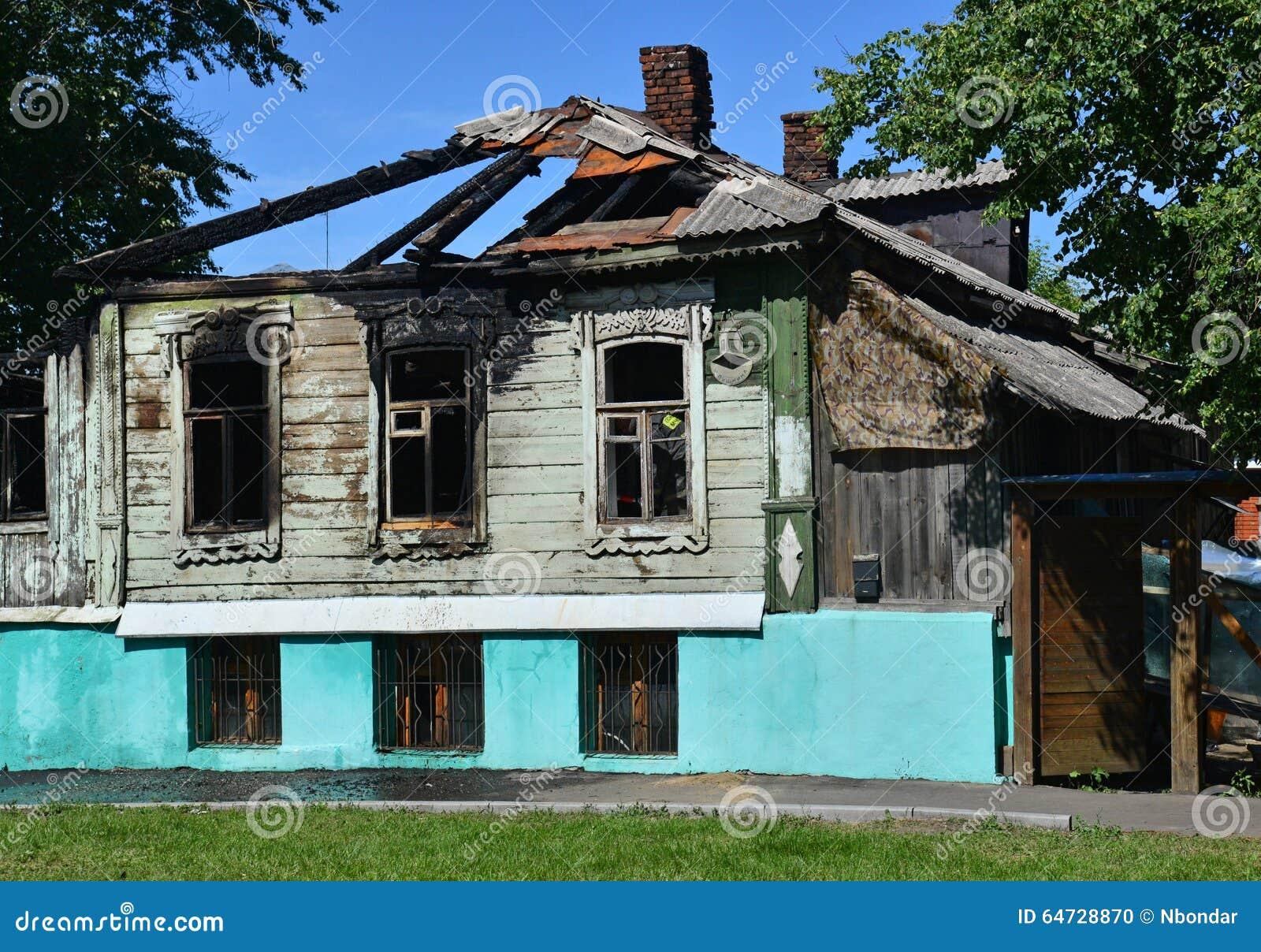 La vecchia casa di legno del villaggio dopo fuoco