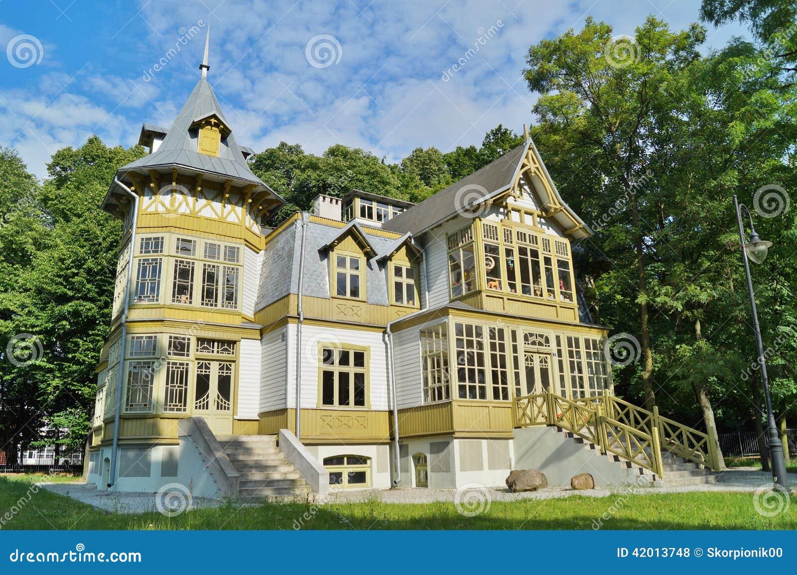 La vecchia casa di legno verde dentro skansen a lodz for Case in legno in polonia