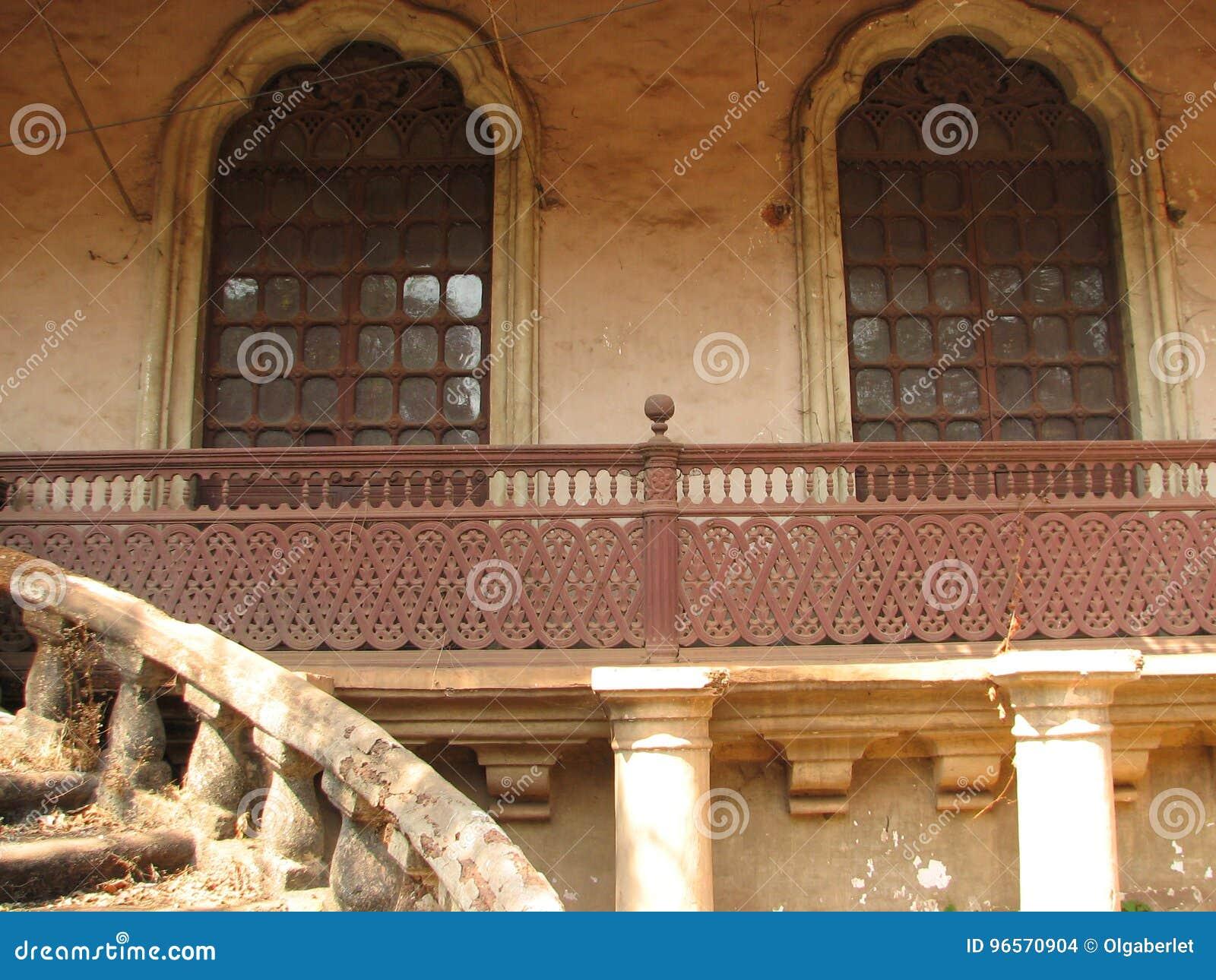 La vecchia finestra con la terracotta ha piastrellato il tetto Dettagli architettonici da Goa, India