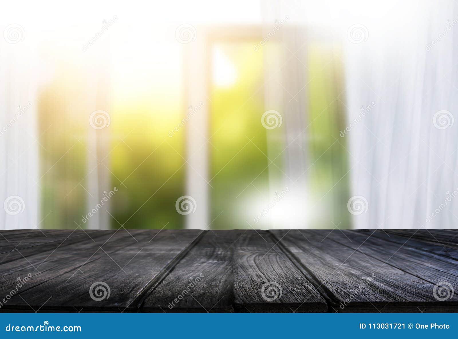 La ventana brillante de la cortina de la mañana y la tabla vacía empañaron el backgroun