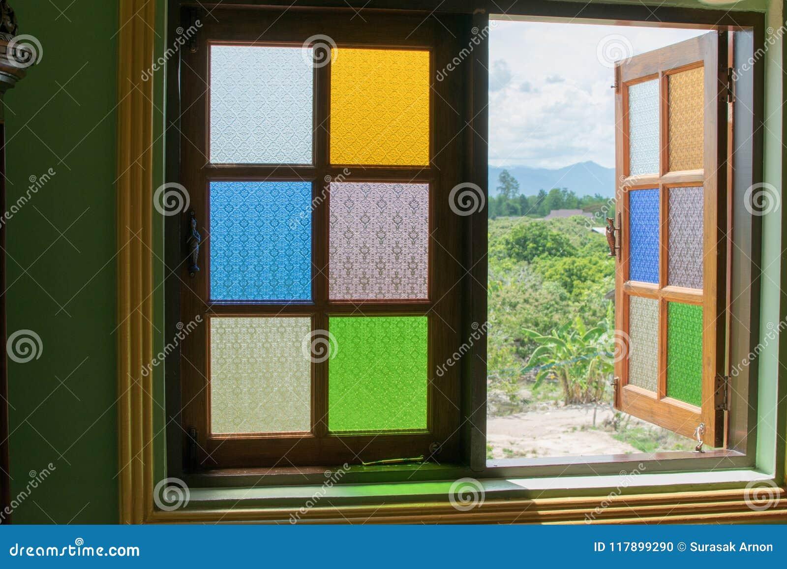 La ventana es un espejo multicolor La reflexión es hermosa