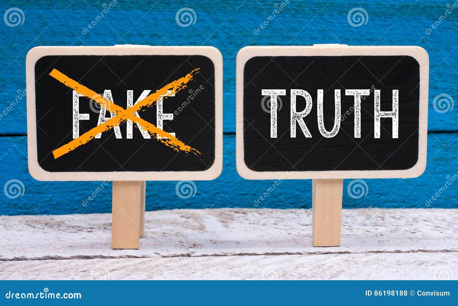 La verità - nessuna falsificazione - due piccole lavagne con testo