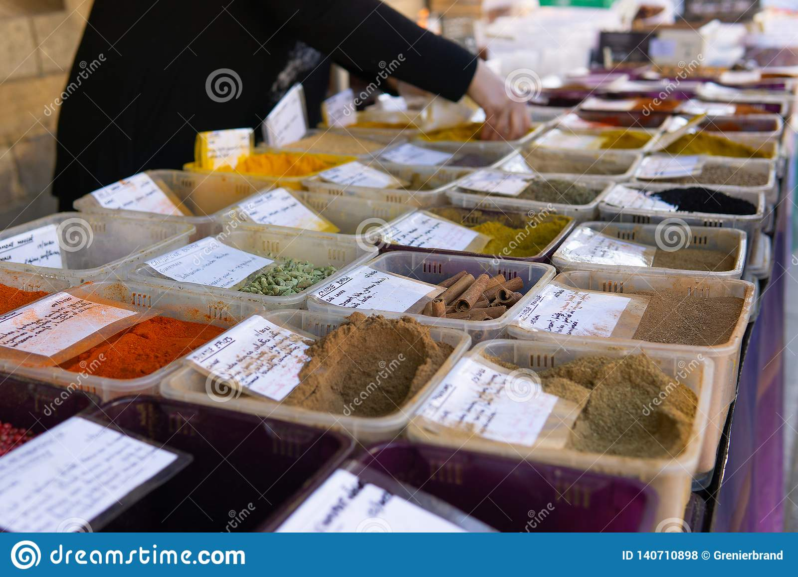 La via multicolore del mercato della spezia ha sparato le mani che serviscono il cliente