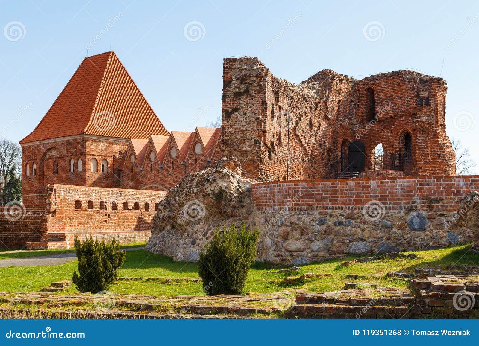 La via in vecchia città con la torre dei cavalieri teutonici fortifica, Torum, Polonia