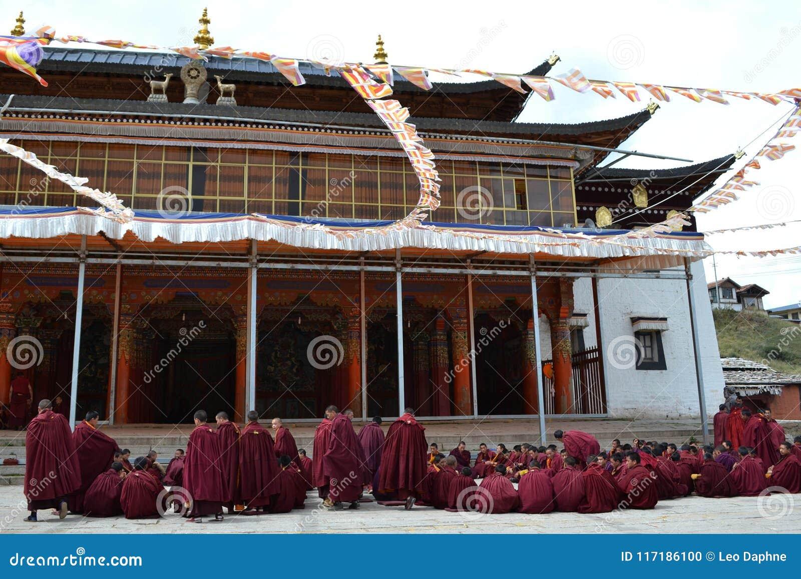 La vida alrededor del monasterio de Kirti Gompa en Langmusi, Amdo Tíbet, C