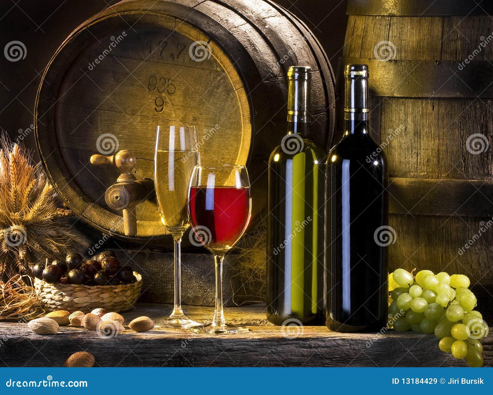 La vida inmóvil con el vino rojo y los barriles