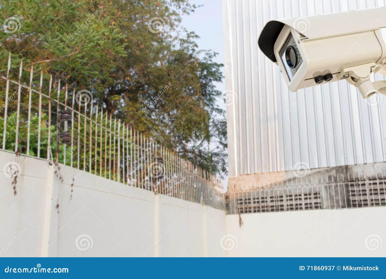 La videocamera di sicurezza del cctv che funziona sulla for Piani casa del cortile
