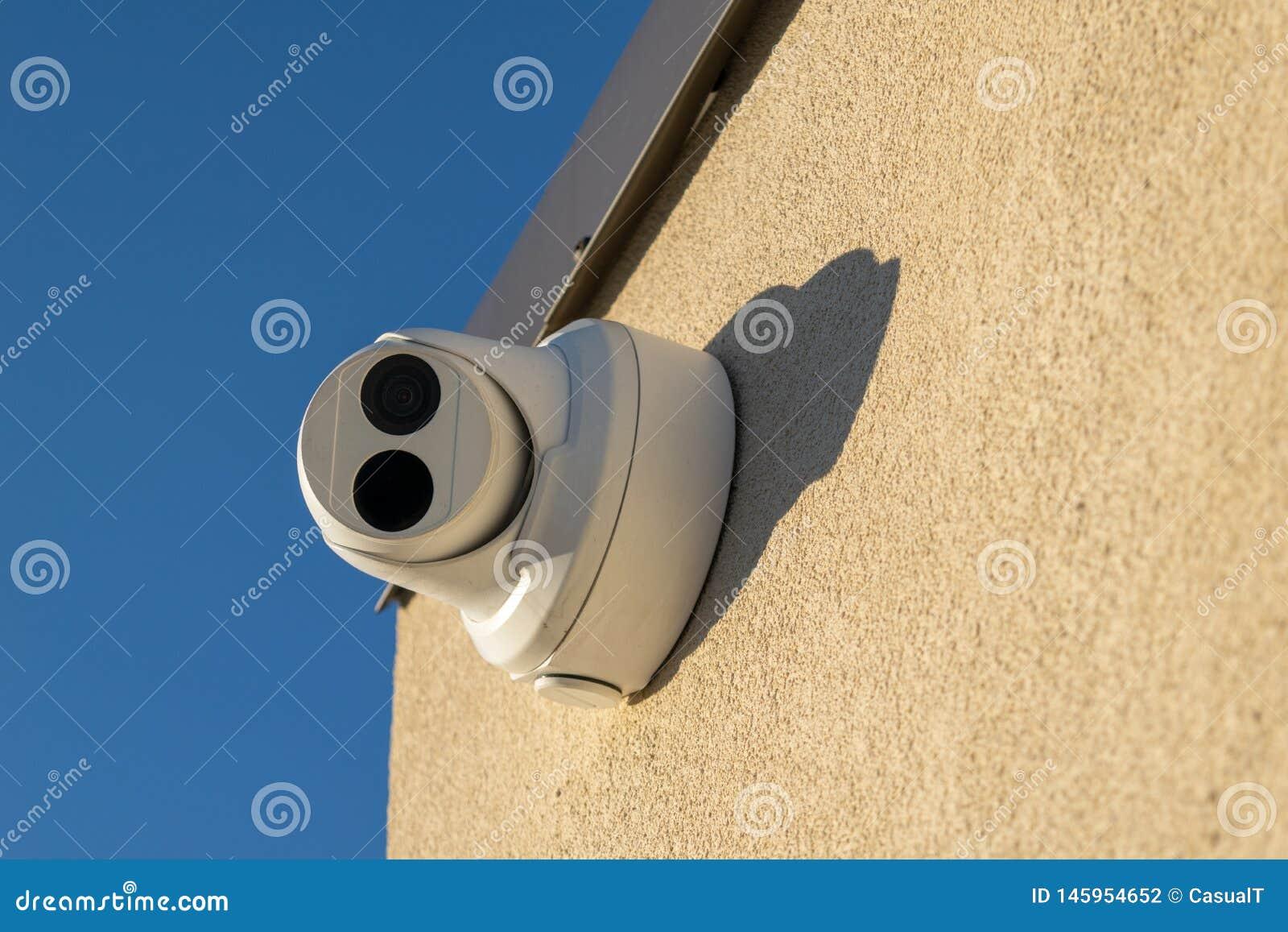 La videocamera di sicurezza ha montato su una parete, indicata diritto allo spettatore, primo piano