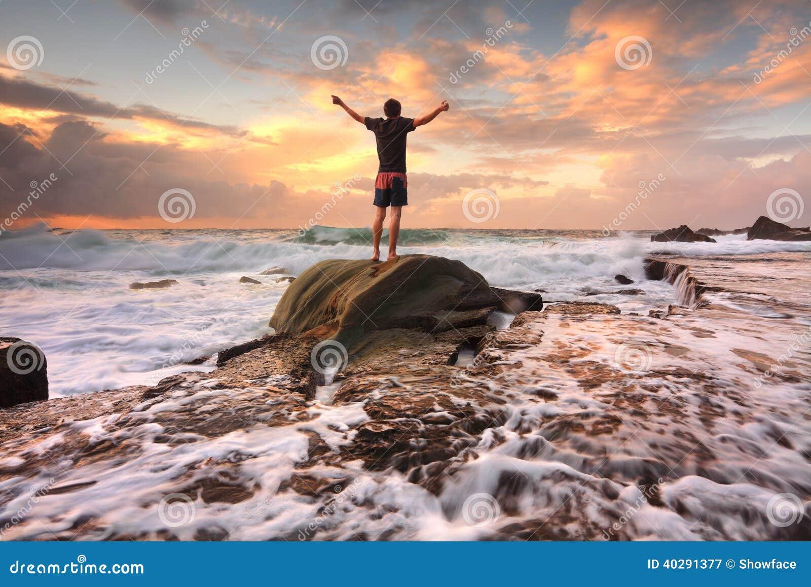 La vie d entrain, Dieu d éloge, nature d amour, mers turbulentes de lever de soleil arme
