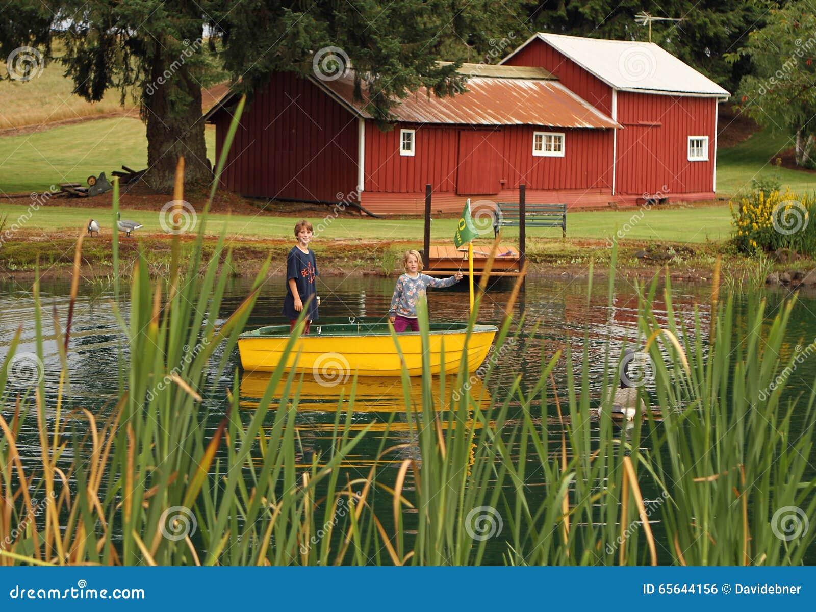 La vie de ferme pour des enfants dans un étang