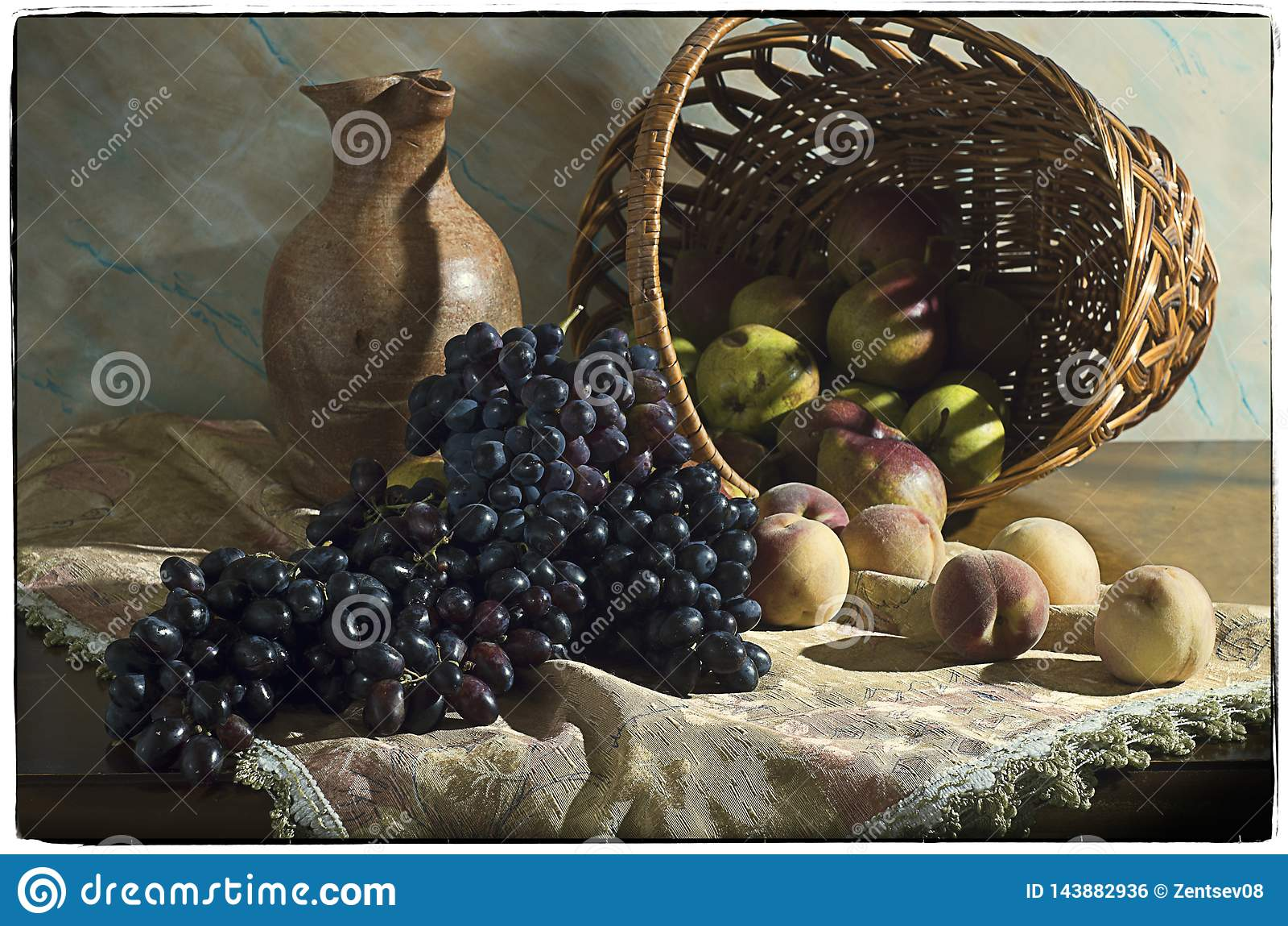 La vie toujours avec des raisins, des pêches et des poires dans un panier