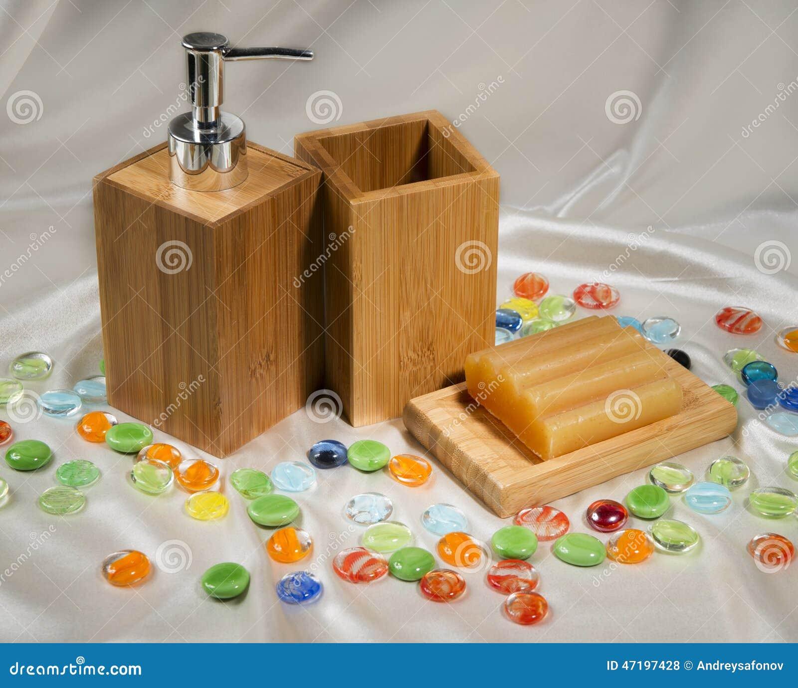 La vie toujours avec les accessoires en bois de salle de bains photo stock image du soin bain - Accessoire salle de bain bois ...