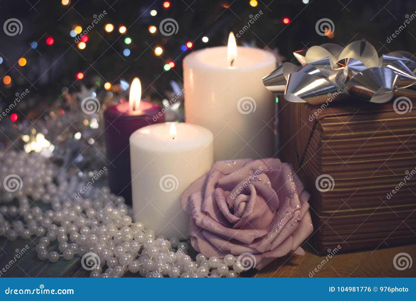La vie toujours avec les bougies brûlantes, les décorations de Noël et un boîte-cadeau