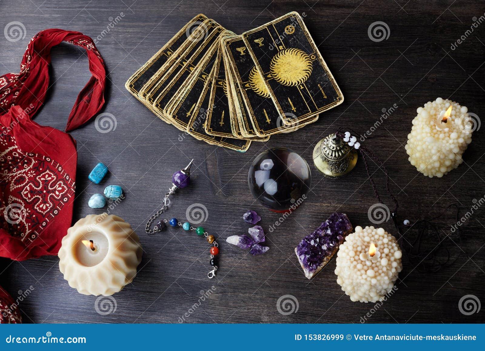 La vie toujours avec les cartes de tarot, les pierres magiques et les bougies sur la table en bois Fortune indiquant le seance ou